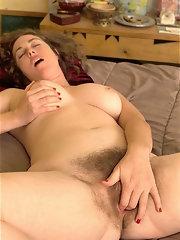 Bbw figering nice hairy pussy
